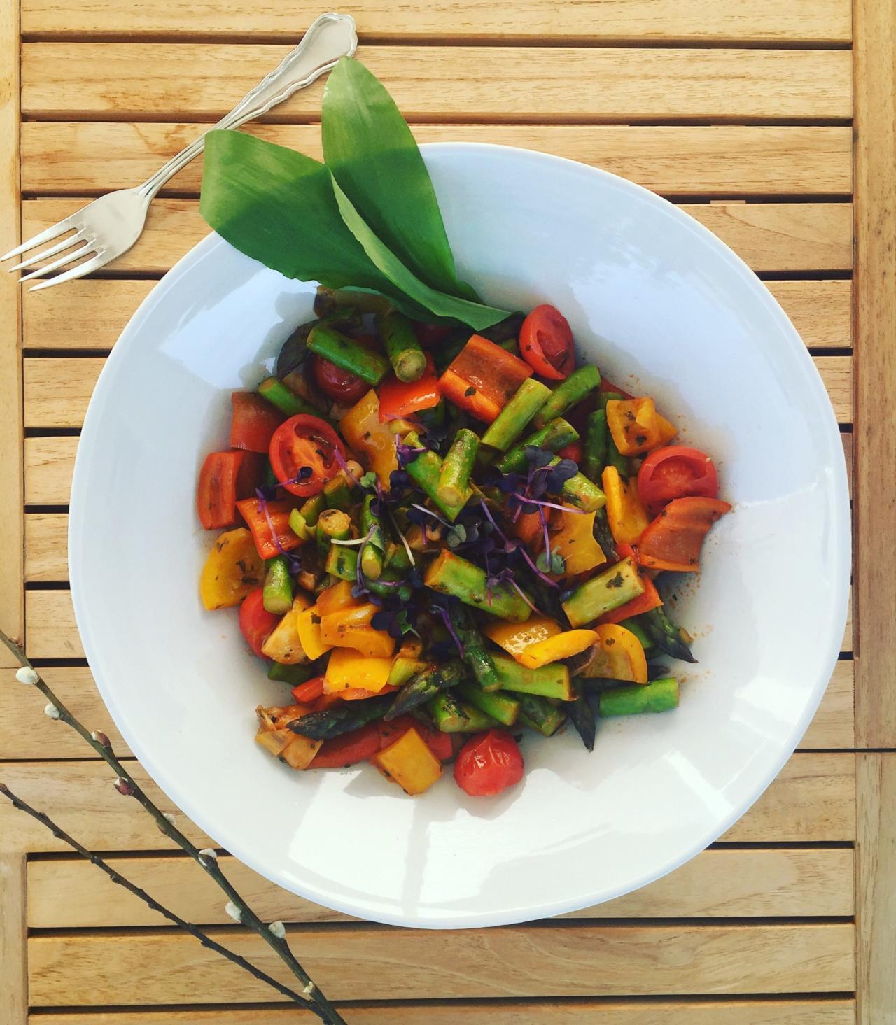 Gemüsepfanne mit Pesto und Sprossen