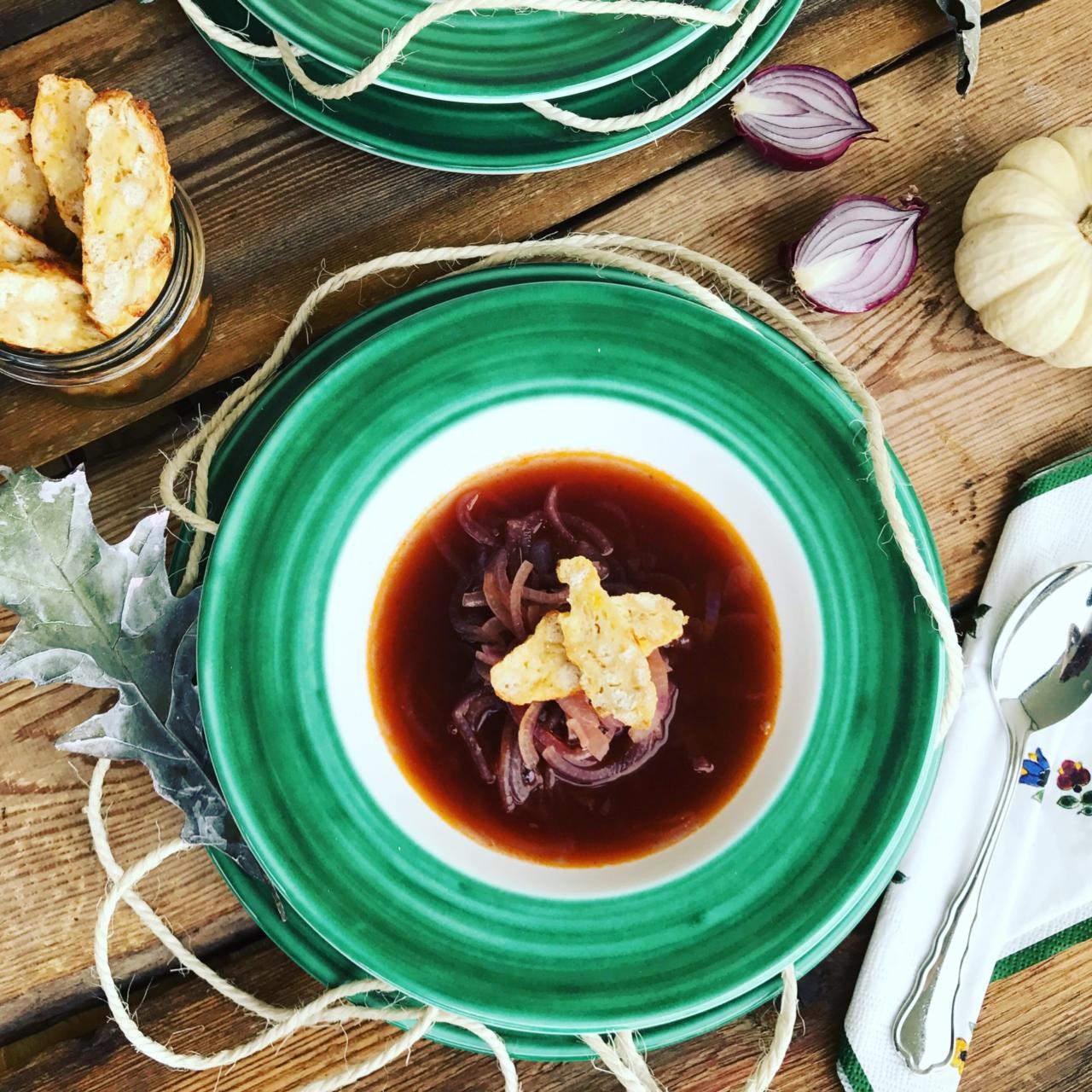 Rote Zwiebelsuppe mit Kaspressknödel