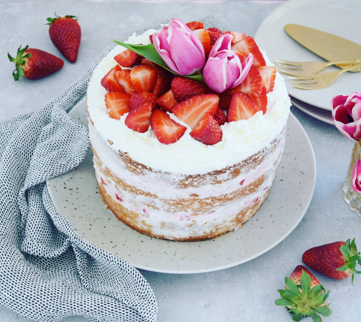Naked Cake mit Frischkäse und Erdbeeren