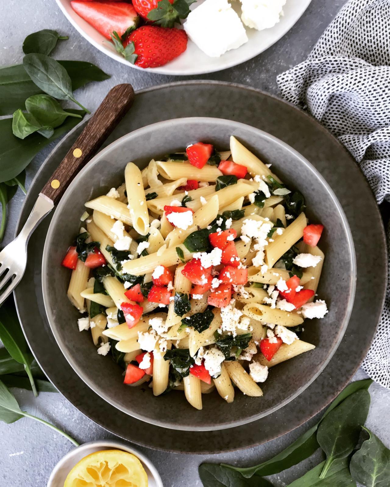 Spinat Nudeln mit Pesto und Erdbeeren