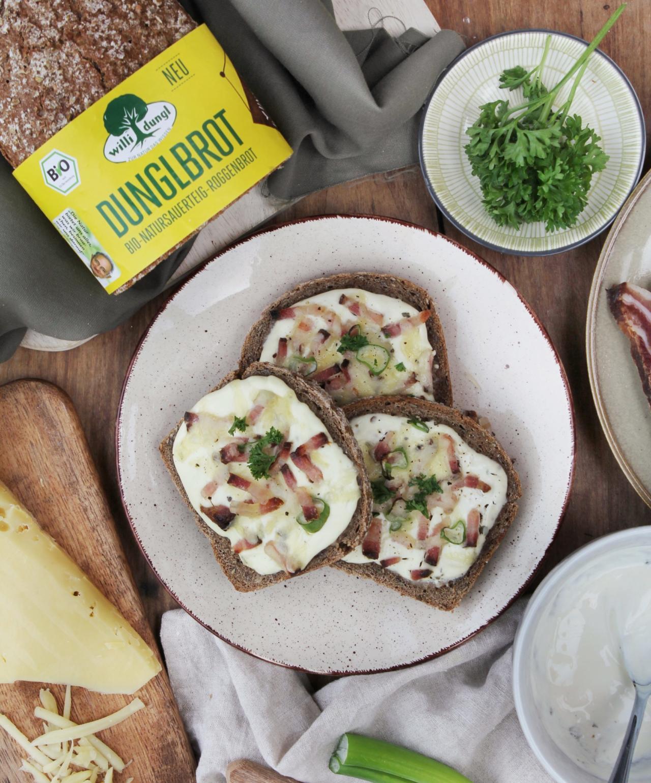 Überbackenes Dunglbrot mit Speck und Käse
