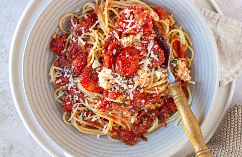 Spaghetti mit gerösteten Tomaten und Feta Käse aus dem Backofen