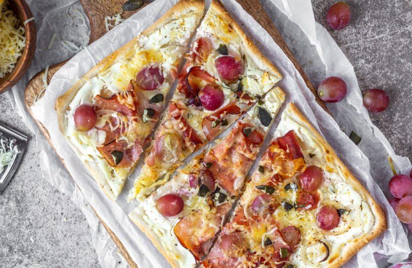 Flammkuchen mit Speck, Weintrauben und Premium Bergtilsiter