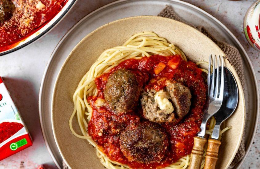 Gefüllte Hackfleischbällchen mit Mozzarella in fruchtiger Tomatensauce