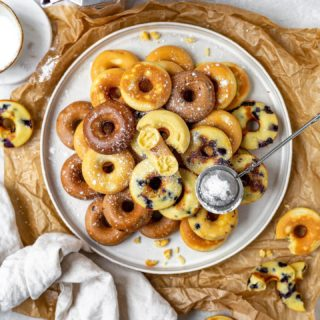 Guuuuten Morgen ☺️ SO ENDLICH 🎉 das Rezept für meine Mini Donuts aus dem Donutmaker (meiner Schwester hihi) ist online ❤️.  Und wisst ihr was, wir backen heut Nachmittag auch welche und zwar mit tiefgefrorenen Himbeeren 😍.  Auf meinem Blog @cookiteasy_at findet ihr im aktuellen Beitrag 3 Rezeptvarianten, aber eurer Kreativität sind natürlich keine Grenzen gesetzt.  Gutes Gelingen und lasst sie euch schmecken ❤️.  #gutenmorgen #goodmorning #frühstück #breakfast #sunday #weekendvibes #donuts #backen #backenmachtglücklich #backenmitliebe #bakery #bakersofinstagram #baking #homebaking #familienküche #familienblogger #familienblogger_de #mamablogger_at #mamablogger_de #einfacherezepte #rezeptideen #rezeptefürjedentag #cookiteasy #delicious #immereinesündewert #backenfürkinder #backenfürdiefamilie #butfirstcoffee #igersaustria #igersvienna
