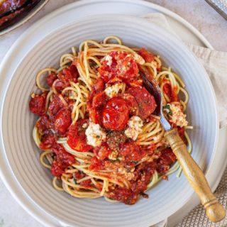 Also ich bin ja eigentlich keine (Food)Trendsetterin aber diese baked feta pasta hab ich auch nicht ausgelassen 😅.  Könnt ihr euch vorstellen dass das Original Rezept auf TiKToK über 300 MILLIONEN mal angesehen wurde?  Naja davon bin ich natürlich Meilenweit entfernt 😅 dafür gibts bei mir auf dem Blog MEINE Version - mit extra viel Tomatensauce und somit milderem Geschmack ❤️.  Lasst sie euch schmecken und mich mal wissen was ihr von FOODTRENDS haltet?  Schönen Abend ihr Lieben!  #bakedfetapasta #spaghetti #pasta #ofenspaghetti #feta #cookiteasy #mahlzeit #abendessen #dinnner #homecooking #cooksofinstagram #cooking #kochenfürdiefamilie #familienküche #kochenfürkinder #einfacherezepte #rezeptefürjedentag #rezeptideen #foodtrends #viral #yummy #delicious #igersvienna #instadaily #mamablogger #gesundundlecker #foodblogger #mamablogger_de #instadad #kochenmachtspass