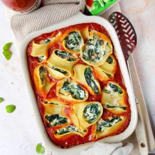 Urlaubsgefühle auf dem Teller?  Mit diesem Gericht ganz bestimmt! Die gefüllten Muschelnudeln mit Spinat und Frischkäse in fruchtiger Tomatensauce von @tomate_pomito zaubern nicht nur Urlaubsflair auf den Tisch, sondern sind auch geschmacklich ein echtes Highlight.  Für die passierten BIO Tomaten werden ausschließlich sonnengereifte Tomaten verwendet, diese runden das Pasta Gericht perfekt ab und erinnern mich an wunderbare Urlaubstage in Italien.  Hast du nun auch Lust auf eine Portion Italien? Dann hol dir das Rezept auf der Homepage von P Pomìto oder auf meinem Blog @cookiteasy_at ab.  Ich wünsch euch einen schönen kulinarischen Urlaub und buon Appetito!  Werbung in Zusammenarbeit mit @tomate_pomito  #pomito #tomatepomito #bellaitalia #italianfood #pasta #pastalover #familienküche #einfacherezepte #rezeptefürjedentag #rezeptideen #mahlzeit #mahlzeitösterreich #urlaubsfeeling #kochenfürdiefamilie #kochenfürkinder #cookiteasy #delicous #mittagessen #abendessen #blogger_de #austrianblogger #igersvienna #mamablogger_at #mamablogger_de #familyblogger #cooksofinstagram #gesundundlecker #veggie