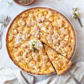 Sonntag ist KUCHENTAG - bei dir auch? 😍  Heut gibts hier endlich mal wieder einen saftigen französischen Apfelkuchen mit Streuseln ❤️ gepaart mit vielen schönen Erinnerungen, einer großen Portion Fernweh und natürlich Kaffee 😅.  Das Rezept für meinen Apfel Streuselkuchen findest du jetzt auf meinem Blog ❤️.  Gutes Gelingen und einen schönen entspannten Sonntag euch Allen!  #sunday #sonntag #kuchen #kuchenliebe #kuchenbacken #apfelkuchen #applepie #backen #backenmachtglücklich #cookiteasy #backenfürdiefamilie #cake #cakelover #cakestagram #instacake #bakersofinstagram #bakery #familienzeit #strasbourg #fernweh #memories #erinnerungenfürsleben #mylove #mamablogger_at #mamablogger_de #austrianblogger #igersvienna #backebackekuchen #einfacherezepte #einfacheskuchenrezept