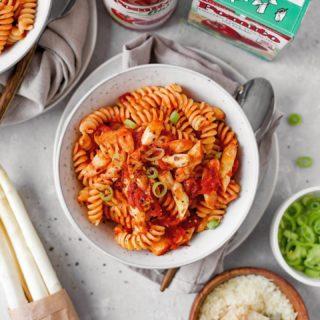 """WENIG Aufwand – VOLLER Geschmack! Heute kochen wir One-Pot-Spargel-Arrabiata!  Dieses One-Pot Gericht hat es in sich! Fruchtige Tomaten von @tomate_pomito treffen auf frischen zarten Spargel und sorgen für echte Frühlingsgefühle auf dem Teller!  Das Rezept findest DU jetzt auf der Homepage von Pomìto und auf meinem Blog! Außerdem verrate ich euch auf meinem Blog Tipps und Tricks wie ihr eurer One-Pot-Pasta den letzten Schliff verpasst.  Es sitzen auch Kinder mit am Tisch? Die One-Pot-Pasta ohne Chili zubereiten und erst kurz vor dem Servieren einige feine Chilifäden unter die """"Erwachsenen Portion"""" mischen. Gutes Gelingen!  W_e_r_b_u_n_g  in Zusammenarbeit mit @tomate_pomito  #pomìto #tomatepomìto #bellaitalia #italianfood #pasta #pastalover #familienküche #onepot #onepotpasta #spargel #asparagus #arrabiata #einfacherezepte #rezeptefürjedentag #rezeptideen #mahlzeit #mahlzeitösterreich #kochenfürdiefamilie #kochenfürkinder #cookiteasy #delicous #abendessen #blogger_de #austrianblogger #igersvienna #mamablogger_at #mamablogger_de #cooksofinstagram #gesundundlecker #veggie"""