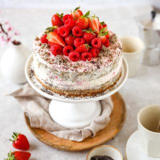 Oops I did it again 😎!  Ich hab mir mal wieder eingestanden dass komplizierte und aufwändige Tortenrezepte einfach nichts für mich sind! 🤷🏽♀️  Aber dass macht nix, denn dieses Traumtörtchen ist super einfach und schnell zuzubereiten und schmeckt obendrein allen ❤️.  Das Rezept für meinen Beeren-Mohn-Naked-Cake mit einer leichten und fruchtigen Frischkäsecreme findest du jetzt auf meinem Blog @cookiteasy_at .  Klick einfach auf den Link in meiner Profilbeschreibung und schwups schon landest beim Rezept 🎂.  Na wer von euch überrascht seine Mama am Muttertag mit meinem Törtchen? ❤️  Das Grundrezept für den Teig hab ich übrigens von meiner lieben Mama ☺️! Ps: Mama @elfi_2912 falls du das liest  schau doch auch auf meinem Blog vorbei, dort hab ich dir ein paar Zeilen hinterlassen ❤️.  Und nun lasset die Tortenspiele beginnen ☺️!  #gutenmorgen #goodmorning #frühling #frühstück #breakfast #muttertag #muttertagstorte #mothersday #kuchenliebe #kuchenbacken #cakestagram #cakelover #bakersofinstagram #poppyseedcake #backenmachtglücklich #mamaleben #mama #delicious #foodblogger #foodphotography #igersvienna #igersaustria #mamablogger #mamablogger_de #familienblogger #familyblogger #instapapa #bakery #bakersgonnabake #erdbeeren