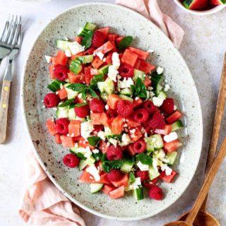 Was für ein herrlicher Tag ❤️! Was habt ihr heute so gemacht?  Wir haben den ganzen Tag draußen verbracht und Mittags eine riesengroße Schüssel Melonen-Gurken-Salat mit Himbeeren und Feta Käse gefuttert ☺️.  Das Rezept für diesen sommerlich fruchtigen Salat findet ihr bereits auf meinem Blog @cookiteasy_at 🍉.  Wenn du auch Lust auf diesen Salat hast, klicke jetzt auf den Link in meiner Profilbeschreibung ❤️ oder swipe in meinen Stories nach oben!  Lasst ihn euch schmecken und HAPPY FRIDAY!  #summer #summervibes #summersalad #salad #salat #melon #gesundundlecker #gesundessen #veggie #familienküche #cookiteasy #einfacherezepte @food52 @hautescuisines @foodblogliebe #delicious #foodblogger #mamablogger #mamablogger_at #mamablogger_de #instapapa