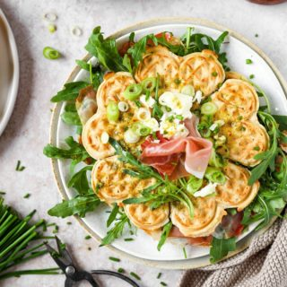 Na, habt ihr Lust auf Waffeltoasts im Italy-Style? 🇮🇹  Mit diesen knusprigen Waffeln mit Prosciutto und Rucola könnt ihr euch das italienische Lebensgefühl nach Hause holen und mit euren Familien in Urlaubserinnerungen schwelgen. 🥰  Das Rezept findet ihr wie immer auf meinem Blog! Und sagt mir gerne, wie ihr die Waffeltoasts findet. 😇  #cookiteasy #cookiteasy_at #frühstück #brunch #breakfast #waffles #waffeln #toast #resteküche #zerowaste #zerofoodwaste #30minutenrezepte #einfacherezepte #rezeptefürjedentag #familienküche #familyfood #instadaily #delicious #mamablogger #mothersday #mahlzeit #mittagessen #blogger_de #foodblogger  #familienblogger #instapapa