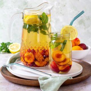 Sommer, Sonne und eine große Karaffe von selbst-gemachtem Marillen-Minze-Eistee. So lässt es sich leben! 😊  Gerade im Sommer ist ausreichend trinken zwar wichtig, aber nicht immer einfach. Aber dank diesem köstlichen und zuckerfreien Eistee kann ich sogar meine Minis zum Trinken animieren. 😍  🧑🏽🍳 Das Rezept findet ihr wie immer auf meinem Blog!   #sommer #sommersonnesonnenschein #summervibes #summer #eistee #icetea #drinks #mamablogger_de #mamablog #mamablogger_at #instamama #kochenfürkinder #kochenmitkindern #kochenfürdiefamilie #familienküche #einfacherezepte #gesundundlecker #gesundtrinken #gesundessen #igersvienna #viennablogger #austrianblogger #happyme #marillen #homemadeicetea #homemadefood #cookiteasy #cookiteasy_at
