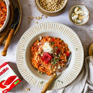 Reis oder Nudeln, dass ist hier die Frage!  Na, wer weiß wovon ich spreche? 🧐  Genau! Gemeinsam mit @tomate_pomito kochen wir heute ein herzhaftes Tomaten-Pastasotto mit geröstetem Paprika und Pinienkernen. 😍  Dafür verwenden wir Risoni. Das sind Hartweizengrieß-Nudeln, die sich als Reiskörner tarnen 🔎 sowie fruchtige sonnengereifte Tomatenstücke von Pomìto. 😊  Du möchtest dieses köstliche Rezept ausprobieren, mehr über Risoni erfahren und wissen, warum man sie NIE als Reisnudeln bezeichnen sollte? 😊  Das Rezept findest du jetzt auf der Homepage von Pomìto und auf meinem Blog. Klicke dafür einfach auf den Link in meiner Profilbeschreibung oder SCHAU gern in meiner Story vorbei!  Buon appetito!  #pomíto #italianfood #italy #italien #cookiteasy #familienküche #pasta #pastasotto #nudeln  #rezeptefürjedentag #einfacherezepte #abendessen #dinner #delicious #aufmeinemteller #cooksofinstagram #kochenfürdiefamilie #mahlzeit #urlaubsküche #mamablogger #mangiare #foodblogger #blogger_de #onmytable  #leckerschmecker #kochenfürkinder #kochenfürdiefamilie #buonappetito