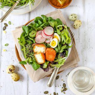 Darf ich vorstellen? Knusprige Feta-Würfel auf Pflücksalat! 😍  Ein schnelles Gericht für Groß und Klein, egal ob als Fingerfood mit Dip oder serviert mit leckerem Pflücksalat - dieses Rezept ist immer ein Hit! Mögt ihr Feta auch so gerne, wie ich?😊  Auf meinem Blog findet ihr neben dem Rezept auch noch einige Informationen über die Herstellung von Feta. Zum Rezept kommt ihr in meiner Story oder über den Link in der Bio. ☺️  #feta #greek #Fetasalat #plücksalat #food #foodblogger #instafood #instagood #kochenfürdiefamilie #kochenfürkinder #einfacherezepte #rezeptefürjedentag #familienküche #einfachkochen #kochenmachtspass #gesundundlecker #gesundessen #mahlzeit #mahlzeitösterreich #mamablogger_de #mamablogger_at #mamasein #lebenmitkindern #motherhood #cookiteasy #cookiteasy_at