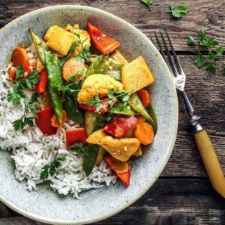 Schnell – gesund und lecker! Das ist mein Curry-Joghurt-Huhn mit Gemüse! 😊  Im dazu passenden Blogbeitrag verrate ich euch echte Foodblogger-Insider 😉  Esst ihr auch so gerne Curry wie ich? 🥰  #food #foodblogger #instafood #instagood #kochenfürdiefamilie #kochenfürkinder #einfacherezepte #rezeptefürjedentag #familienküche #einfachkochen #kochenmachtspass #gesundundlecker #gesundessen #mahlzeit #mahlzeitösterreich #mamablogger_de #mamablogger_at #mamasein #lebenmitkindern #motherhood #cookiteasy #cookiteasy_at