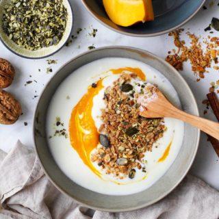 Herbst ist Kürbiszeit! 🎃  Wir lieben hier selbst gemachtes Granola und passen das auch an die Jahreszeit an! Deshalb gibt's bei uns gerade dieses Kürbis-Granola. 😍 Das Rezept dazu findet ihr natürlich auf meinem Blog 📝  Habt ihr schon mal Kürbis-Granola probiert? Sagt mir doch in den Kommentaren, ob's euch auch so schmeckt wie mir 😊  #Kürbis #Granola #homemade #PumpkinGranola #KürbisGranola #food #foodblogger #gutenmorgen #instagood #kochenfürdiefamilie #kochenfürkinder #einfacherezepte #rezeptefürjedentag #familienküche #einfachkochen #goodmorning #gesundundlecker #gesundessen #mahlzeit #mahlzeitösterreich #mamablogger_de #mamablogger_at #mamasein #lebenmitkindern #motherhood #cookiteasy #cookiteasy_at #frühstück #breakfast #frühstücksideen